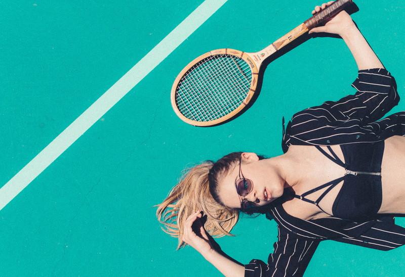 テニスコートと女性